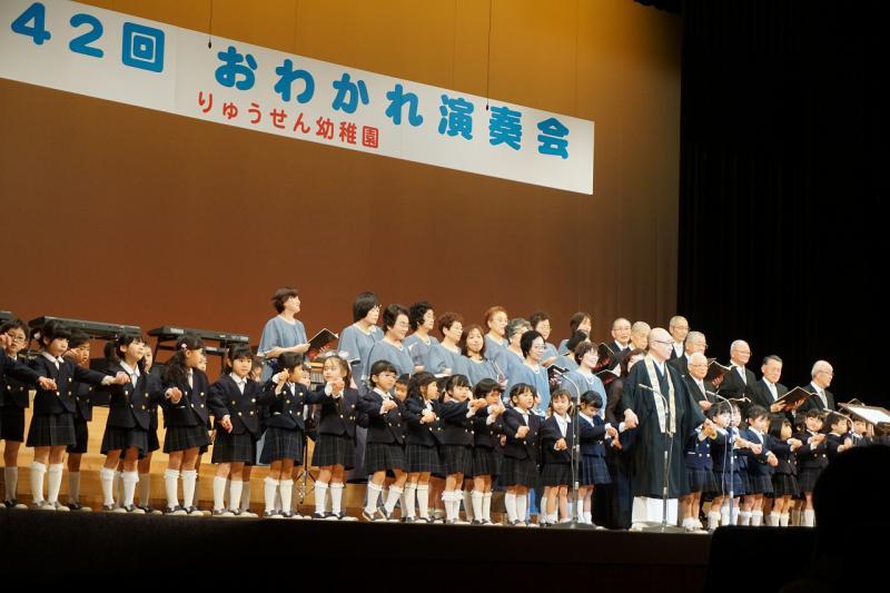 龍仙寺混声合唱団の方と年長児